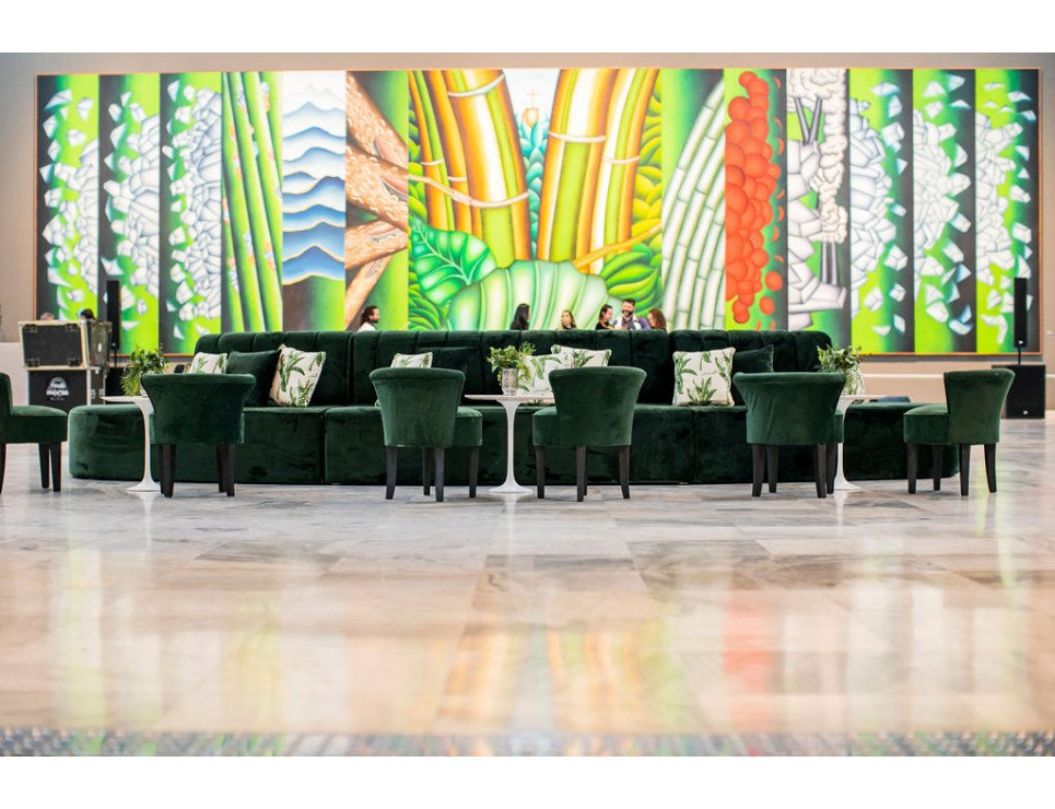 Banco Claire Veludo Verde, Poltrona Mignon Veludo Cinza, e Mesa Lateral Saarinen com Tampo Mármore Branco
