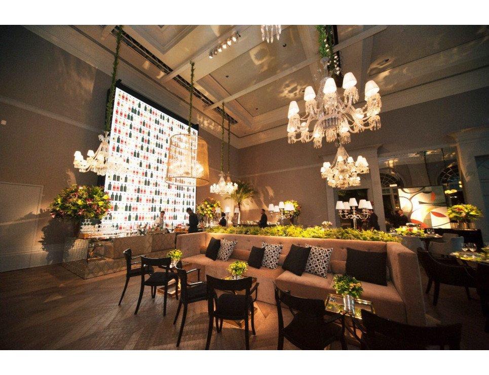 Bar de Espelho Losango, Sofá Dancing, Cadeira Duomo com braço e Mesa Chapelle Inox Dourado