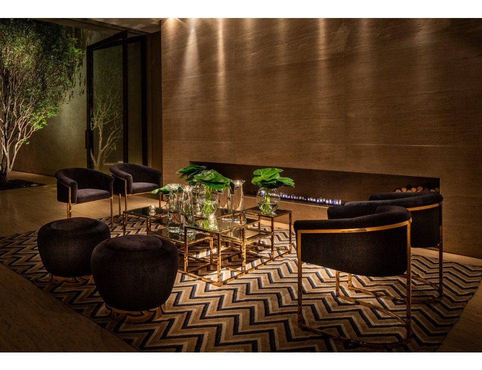 Lounge moderno em dourado e veludo